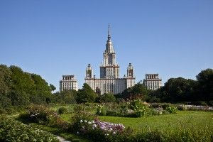 Вид на главное здание МГУ из розария